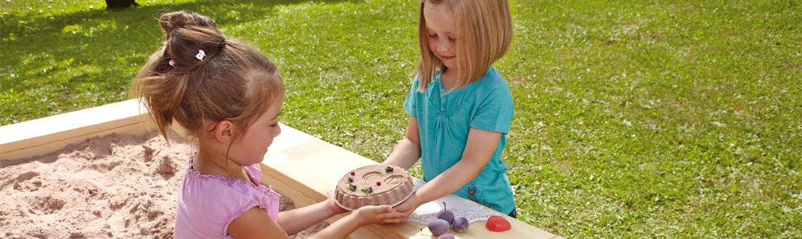 t-1140-sandkuchen-backen-loecher-buddeln-und-burgen-bauen-mit-sandspielzeug-von-haba.jpg