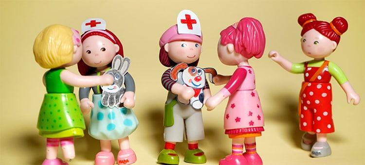 t-750-haba-little-friends-wo-ist-imke-wir-haben-einen-notfall-ruft-felicitas-als-sie-in-die-gruppe-stuermt-or.jpg